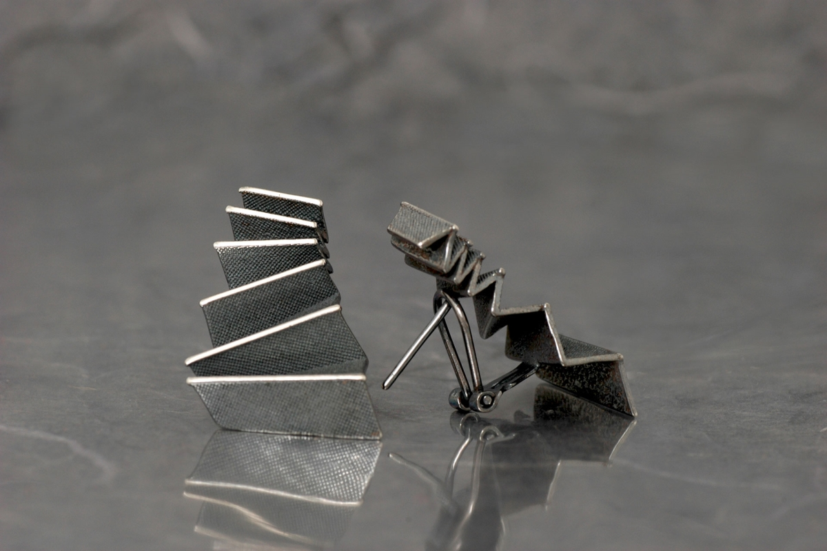 ORIGAMI - Earrings M de cierre omega, with oxidized silver finish