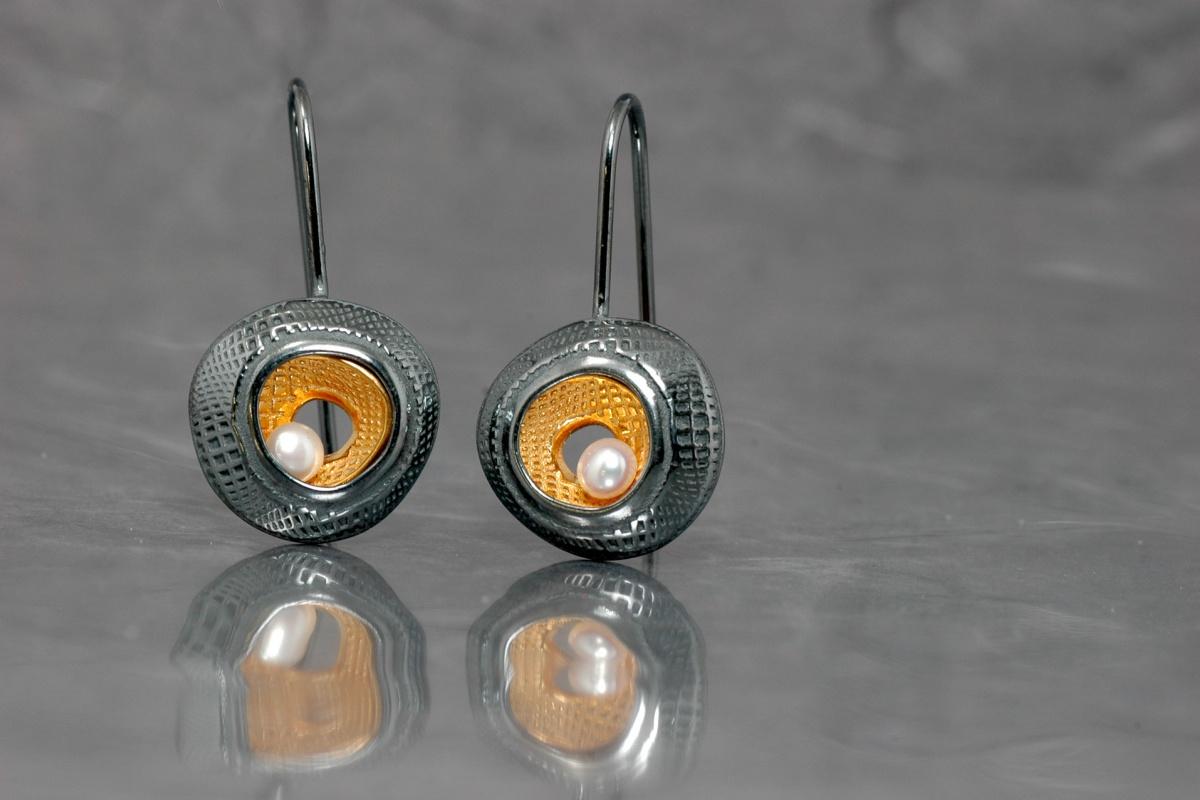 DUE - Pendientes P con gancho fijo, acabado chapado en oro y óxido con perla