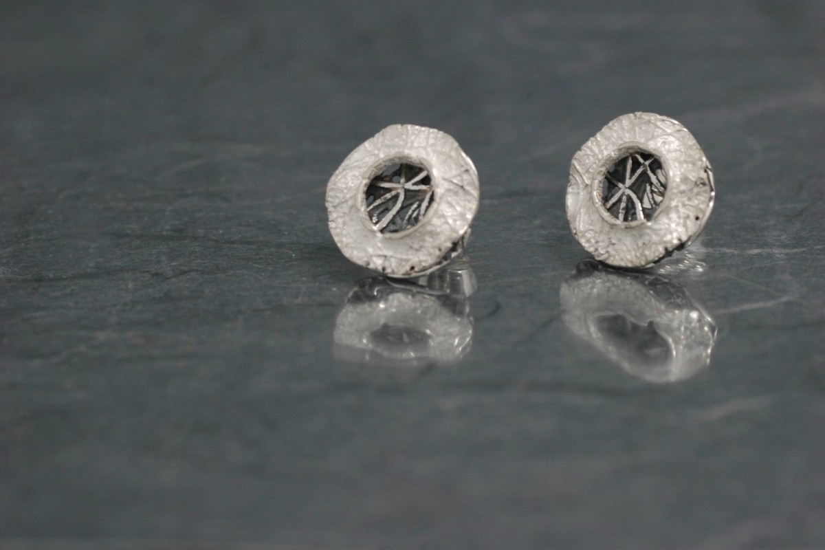 BLANCO Y NEGRO - Stud Earrings PP, with oxidized silver finish - Galicia Calidade