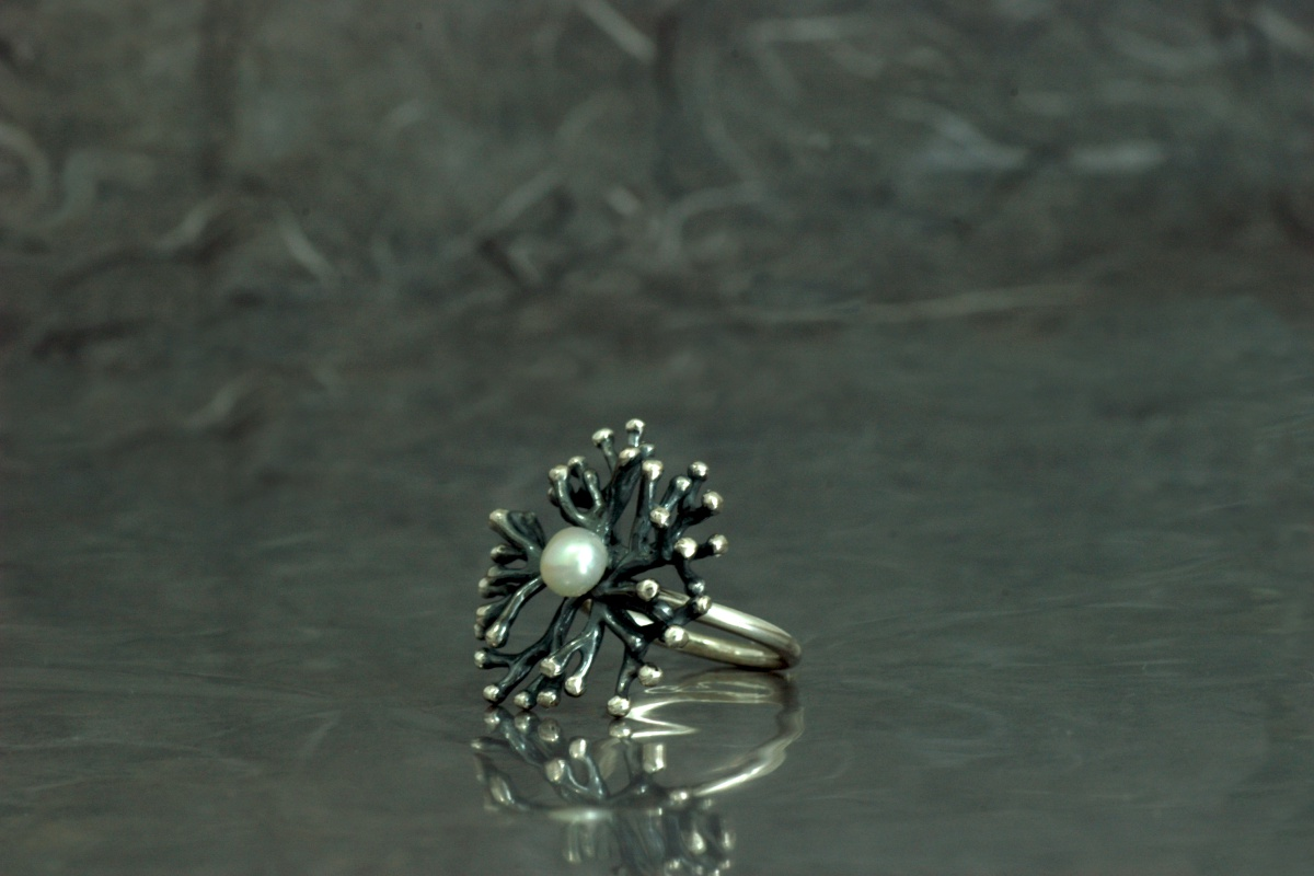 ANEMONA - Ring ref. SSSG, with oxidized finish and with a pearl