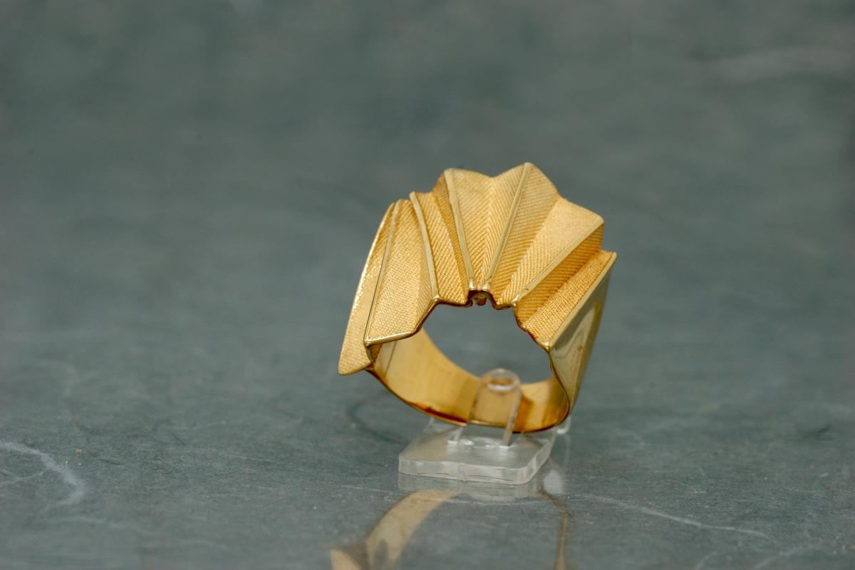 ORIGAMI - Anillo P, con acabado chapado en oro