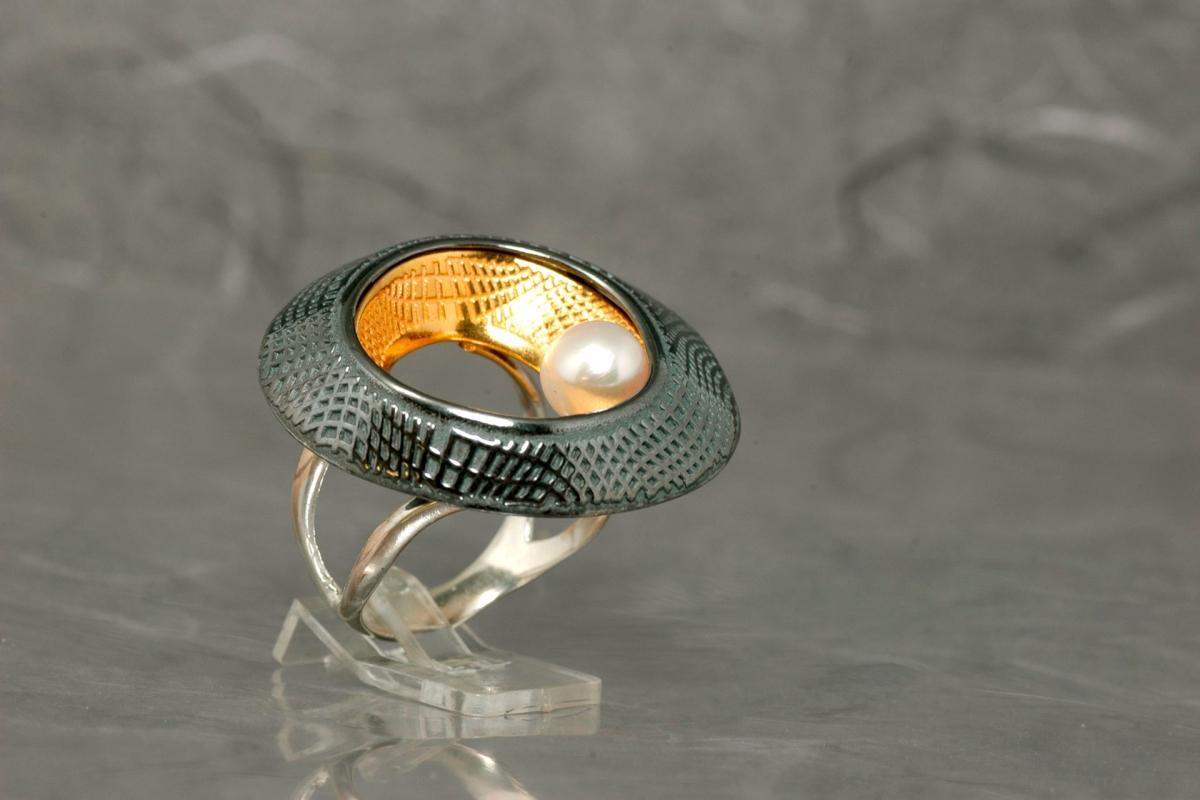 DUE - Sortija G, con perla y acabado óxido y chapado en oro  - Sello Galicia Calidade