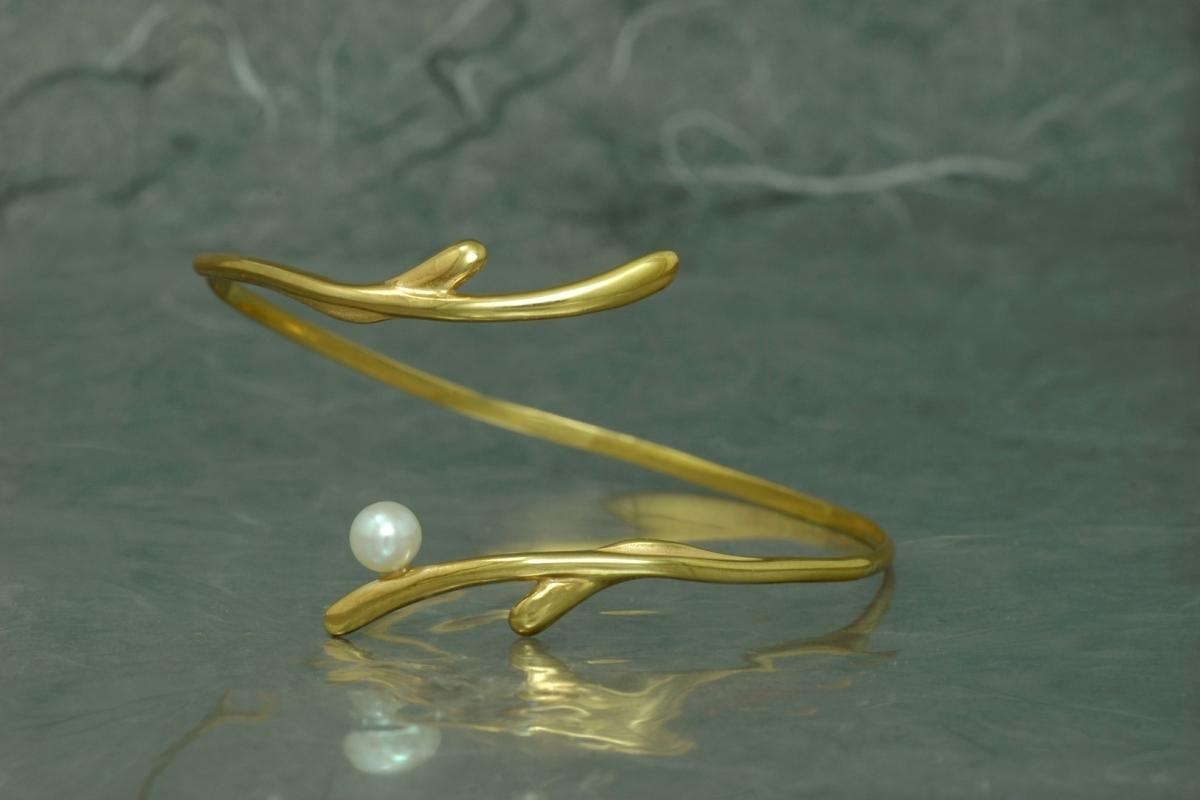 POLA - Pulsera PP Torque, con perla y acabado chapado en oro