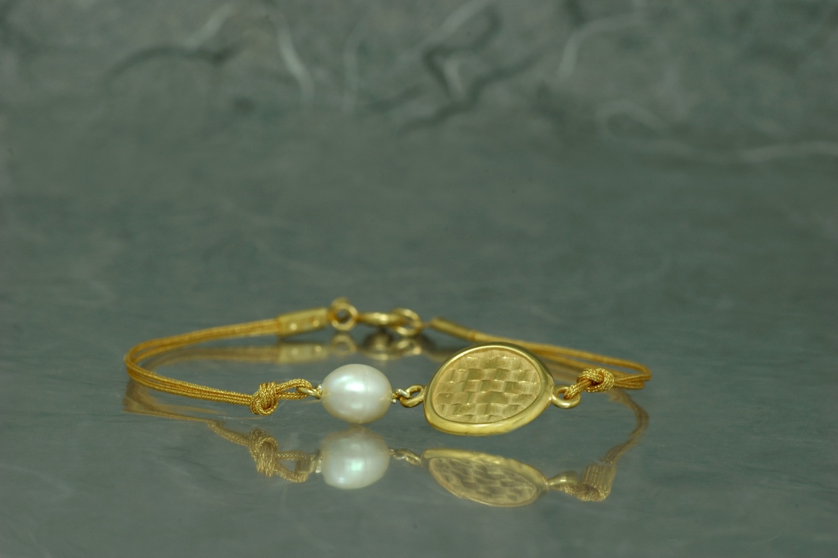 Gold plated bracelet with golden threads and pearl - P model