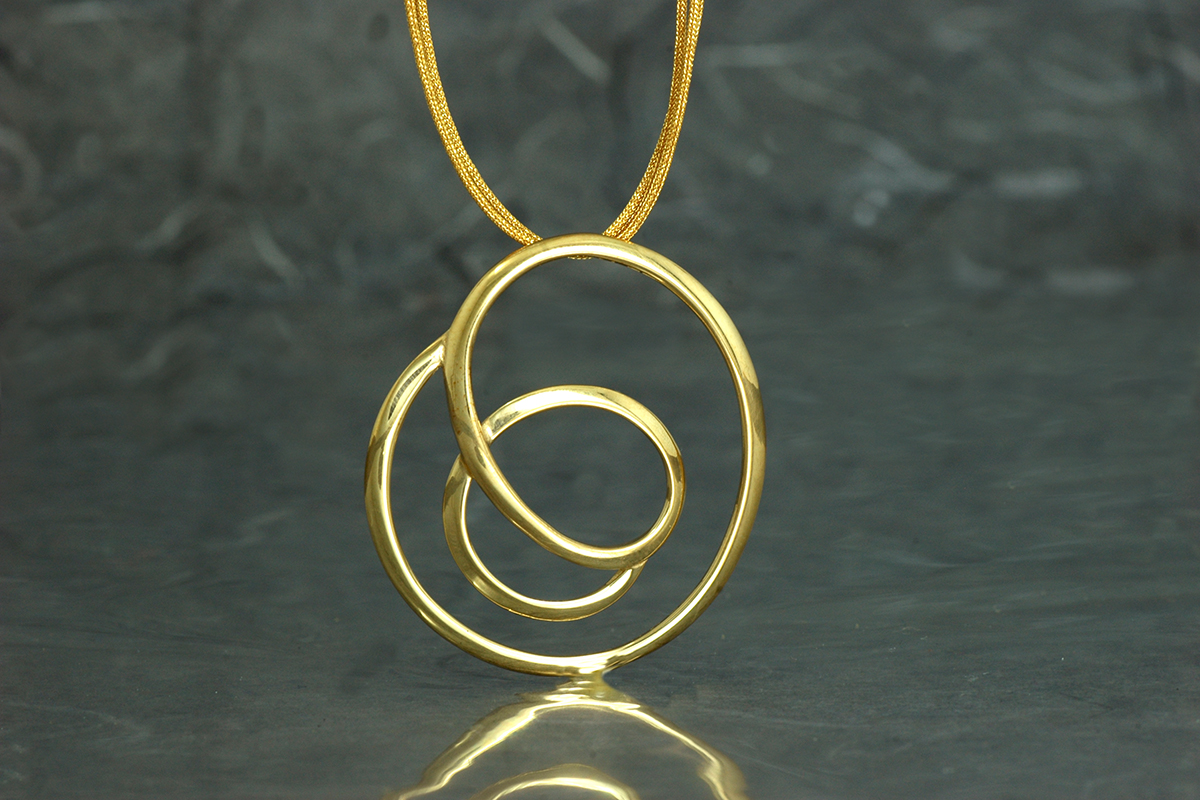 OH LALA - colgante ref.SSG con acabado chapado en oro y montado en cordón de hilo de seda