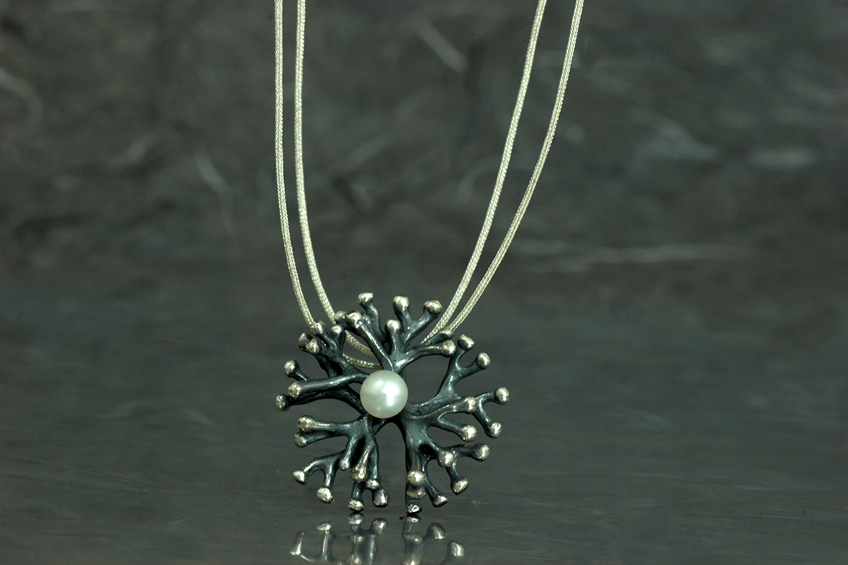 ANEMONA - Pendant ref. SSSG with oxidized finish and with a pearl