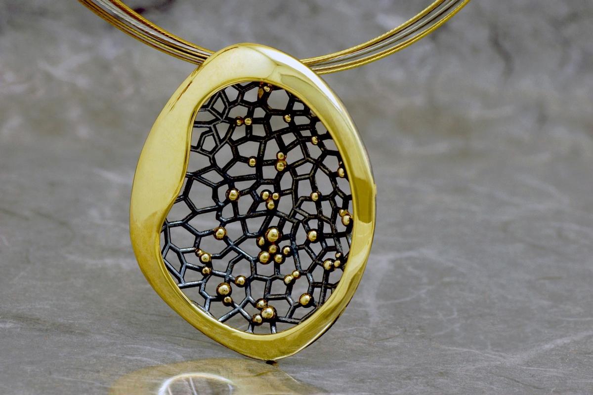 CASIOPEA DOBLE - Colgante G, con acabado galvanizado y chapado en oro - Sello Galicia Calidade