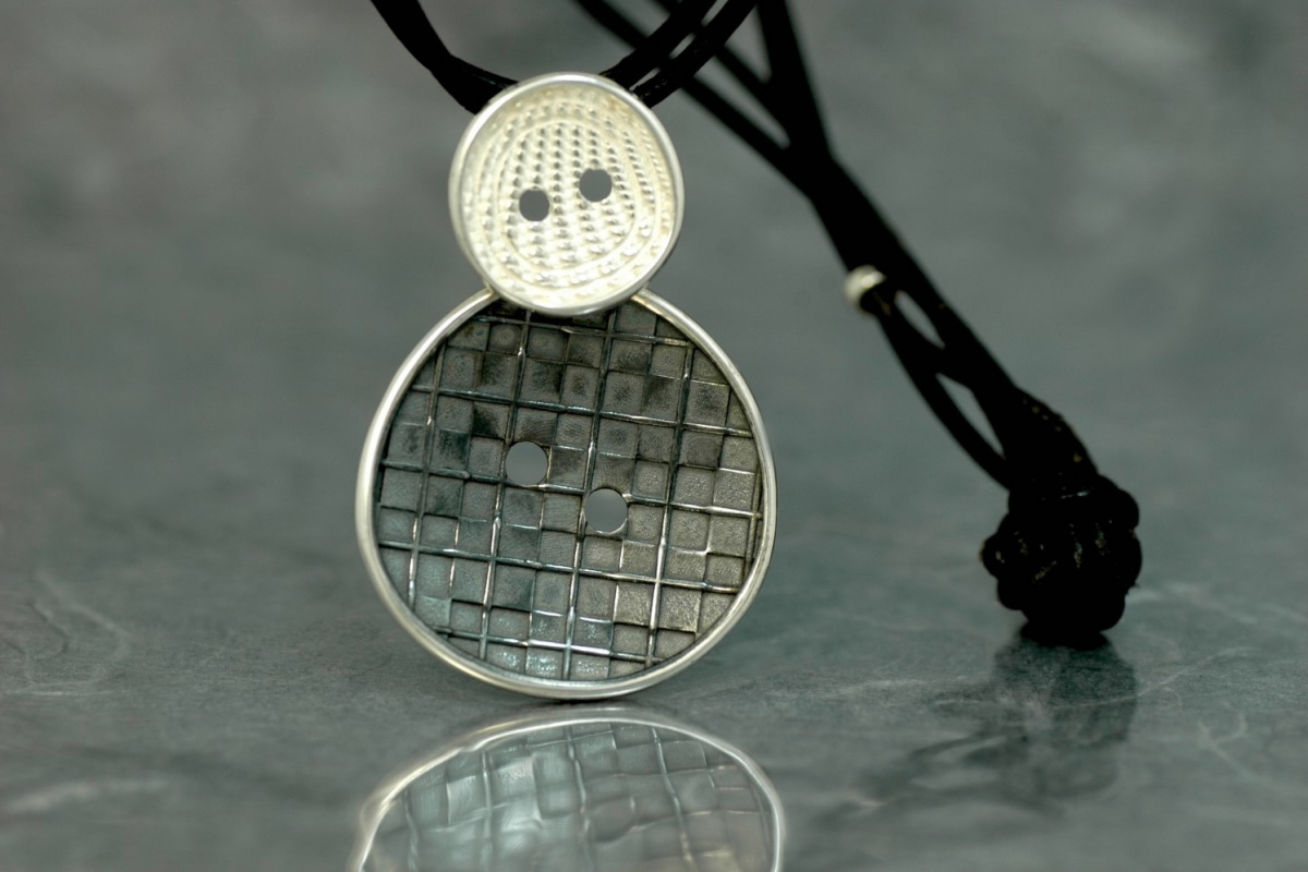 Colgante en plata 925 y óxido de plata, con cordón de algodón, talla SG