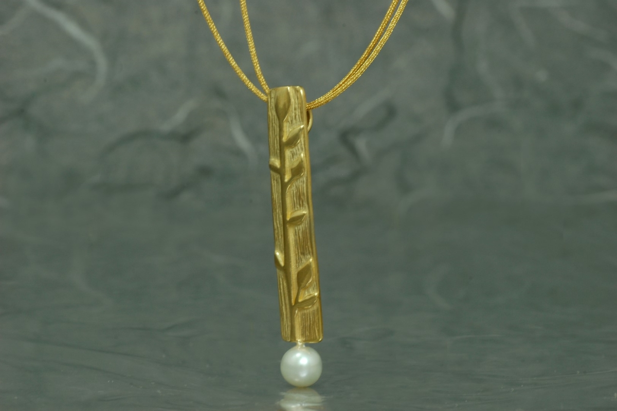 BAMBU - Colgante G, con perla y acabado chapado en oro