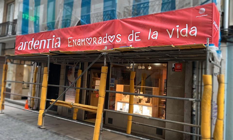 Siguen las obras en la fachada de #ArdentiaCoruña